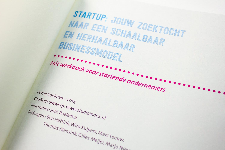 Ontwerp Saxion startup werkboek, Franse titelpagina | Studio Index. 'Startup: jouw zoektocht naar een schaalbaar en herhaalbaar businessmodel.'